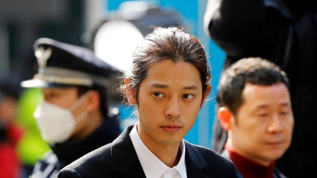 Penyanyi Korea Selatan Jung Joon-young tiba untuk diinterogasi dengan tuduhan merekam secara ilegal dan berbagi video seks di media sosial, di Kantor Polisi Metropolitan Seoul di Seoul, Korea Selatan, 14 Maret 2019. (REUTERS / Kim Hong-Ji)