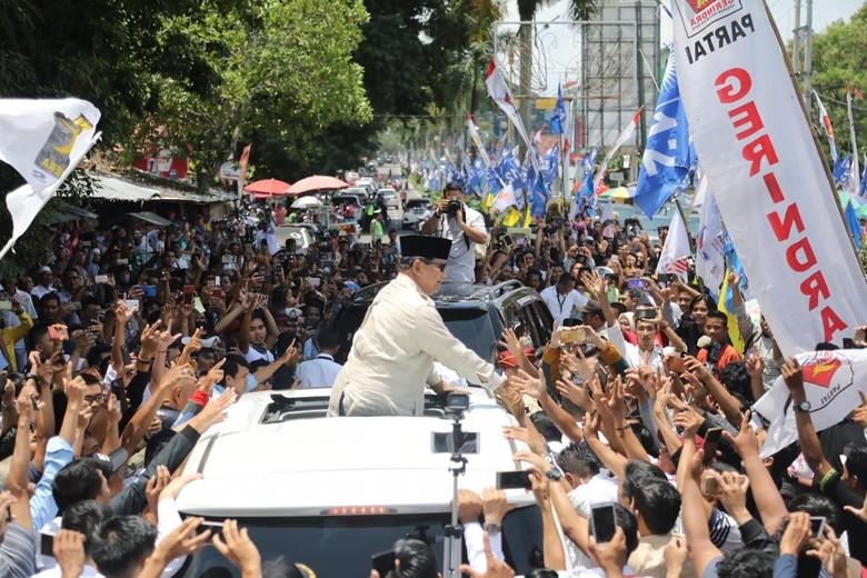 Canda Prabowo soal Pakai Sarung Tangan: Saya Takut Tangannya Emak-emak