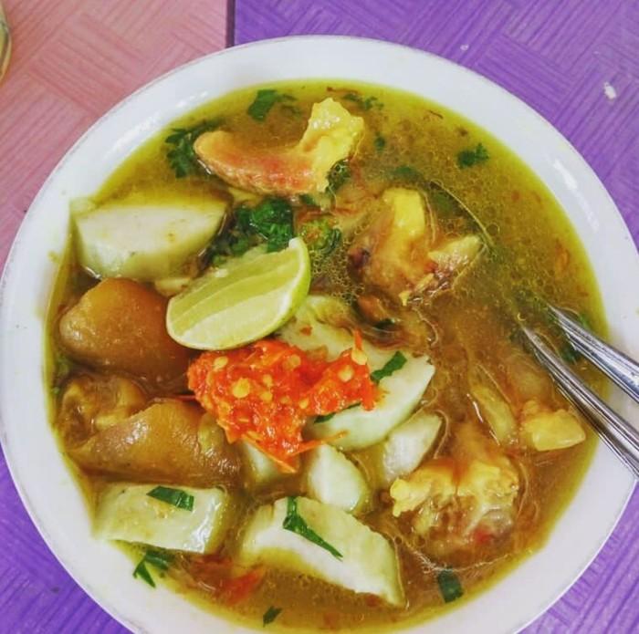 Kuah kikil yang ini agak kekuningan mirip kuah soto dan kikil dipotong kecil. Sambal dan jeruk nipis jadi pelengkap wajibnya. Foto: Instagram @pritta_bramanti