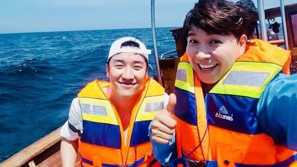 Saat di Bali, dia juga selfie dengan artis Park Soo Hong. (seungriseyo/Instagram)