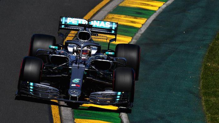 Lewis Hamilton menjadi pebalap tercepat di sesi latihan bebas pertama GP Australia (Foto: Clive Mason/Getty Images)