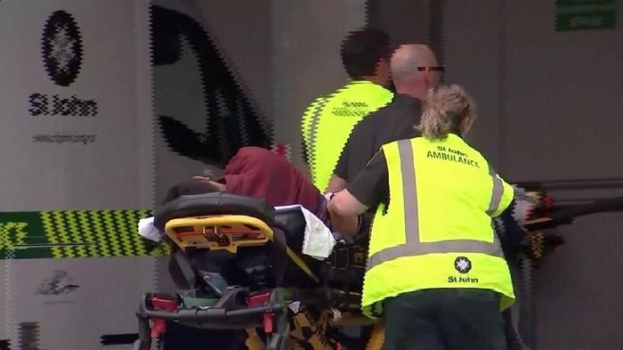 Evakuasi korban di lokasi penembakan brutal di Masjid di New Zealand (Selandia Baru). (Foto: Reuters)