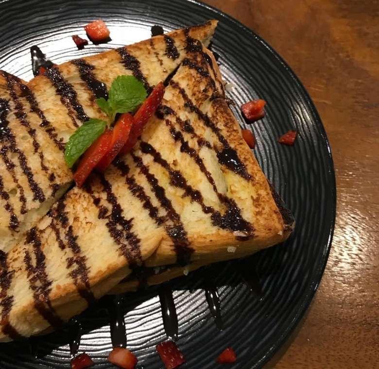 Cukup kucuri roti panggang dengan saus cokelat lalu taburi strawberry segar yang dicincang. Foto : Instagram!@explorefoodsandra