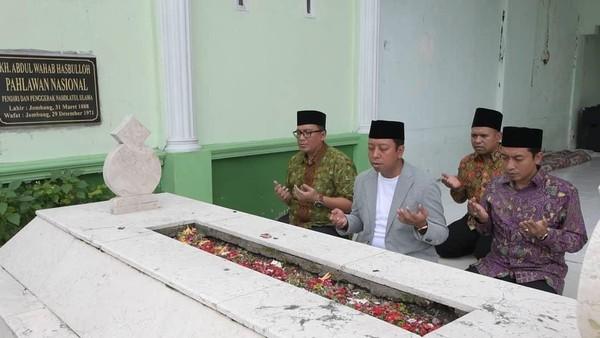 Saat ziarah ke makam KH Abdul Wahab Hasbullah di komplek Pondok Pesantren Tambakberas, Jombang (romahurmuziy/Instagram)