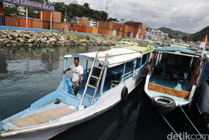 Sudah hampir 4 tahun ini Andri mengadu nasib di perairan komodo dengan menjalani usaha kapal pariwisata dan mengantarkan para turis menjelajah pulau-pulau yang ada disana.