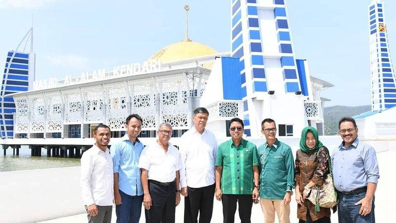Ini saat berfoto di Masjid Al Alam, masjid terapung yang berada di Kendari, Sulawesi Tenggara (romahurmuziy/Instagram)