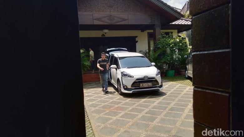Mobil Keluar-Masuk Bawa Dokumen di Kediaman Ketum PPP Romahurmuziy