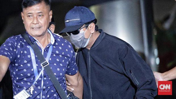 Ketua Umum PPP Romahurmuziy (memakai masker) tiba di Gedung KPK.