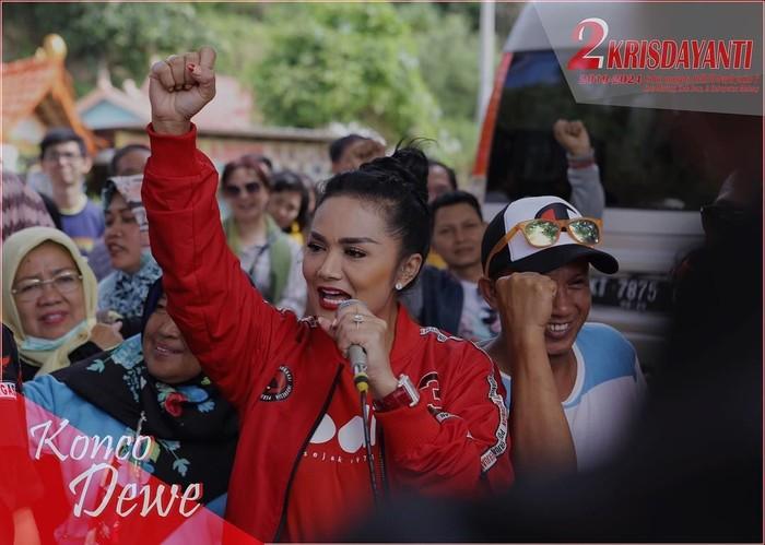 Diva pop Indonesia ini sekarang ikut dalam pemilihan legislatif. KD mencalonkan diri sebagai anggota DPR dari daerah Malang. Foto: Instagram krisdayantilemos