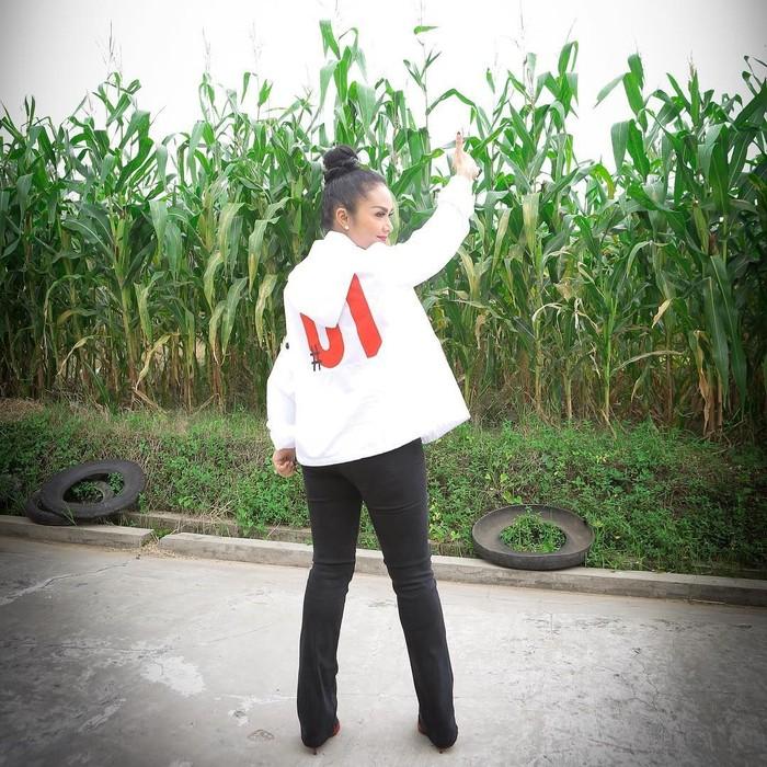 Ia juga mengenakan pakaian rapih saat memanen padi di kawasan kebun jagung. Netizen pun banyak yang memberi komentar. Foto: Instagram krisdayantilemos
