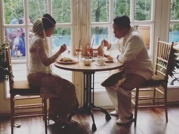 Damar Canggih Wicaksono dan Fauziah memiliki hobi yang sama lho yakni jalan kaki. Kalau Bunda dan suami punya kesamaan apa nih? (Foto: Instagram @masari0)