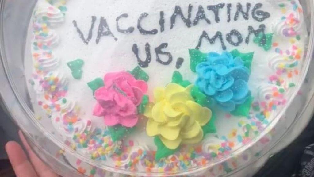 Remaja Ini Beri Ibunya Kue Terima Kasih karena Lakukan Vaksinasi