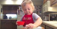 Gemasnya! Lihat Aksi Bocah 2 Tahun Ini Masak Lasagna