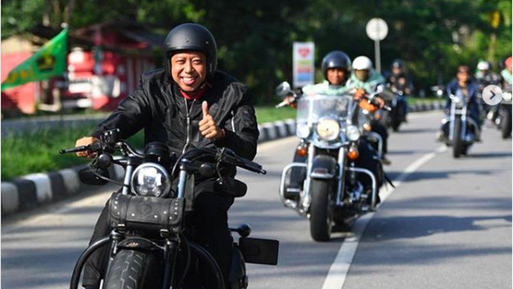 Gaya Romahurmuziy saat Pertama Kali Tunggangi Harley-Davidson