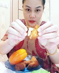 Hamil 8 Bulan, Begini Lahapnya DJ Butterfly Makan Mie dan Sayuran Mentah