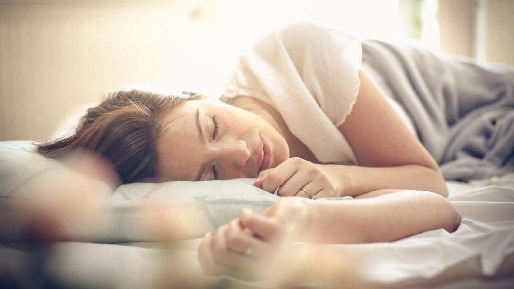 Tren Tidur Pakai Sarung Bantal Sutra Seperti Nagita Slavina Sampai Kim K
