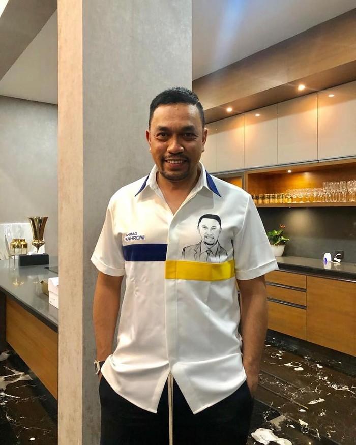 Ahmad Sahroni ini merupakan pengusaha sekaligus politisi. Ia juga menjabat sebagai Ketua Ferrari Owners Club of Indonesia. Dikenal sebagai pengusaha kaya yang sukses, Sahroni yang berasal dari Tanjung Priok kini jadi sosok panutan. Foto: Instagram@ahmadsahroni88