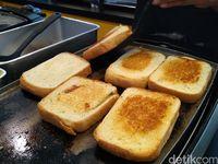 Lumer Lembut Roti Bakar dengan Keju Mozzarella yang Sedang Hits