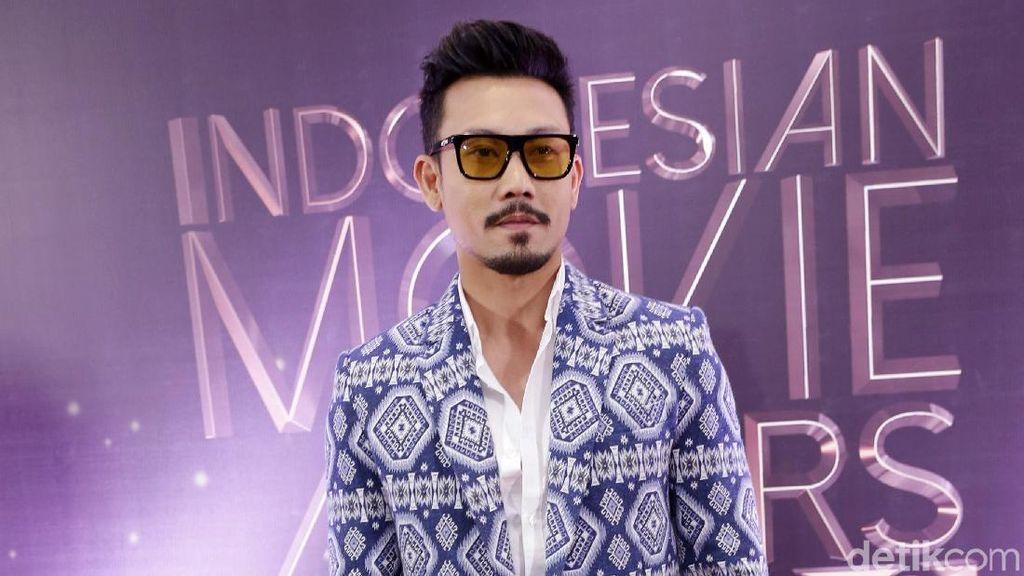 Berpeci, Denny Sumargo Dapat Gelar Datuk Minangkabau