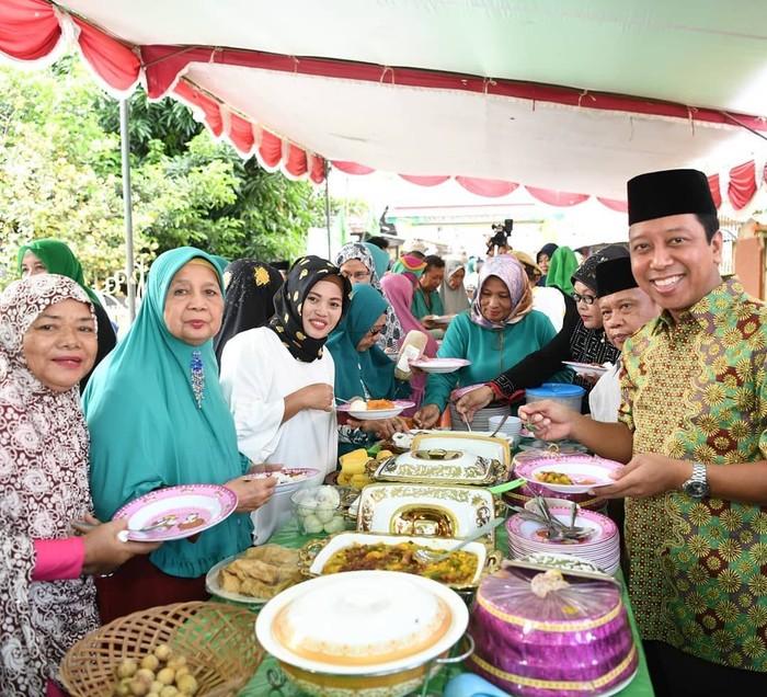 Politisi bernama lengkap Muhammad Romahurmuziy ini, sering berkunjung ke berbagai kota di Indonesia. Ini posenya saat makan siang, ketika berkunjung ke Kampung Ternate, yang berada di Sulawesi Utara. Foto: Instagram @romahurmuziy