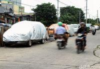 Tak sedikit pemilik mobil yang tak punya garasi dan memarkirkan mobilnya di jalan.
