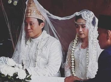 Khidmat! Suasana akad nikah putra Dono Warkop, Damar Canggih Wicaksono dan Fauziah dengan busana pengantin serba putih. (Foto: Instagram @masari0)