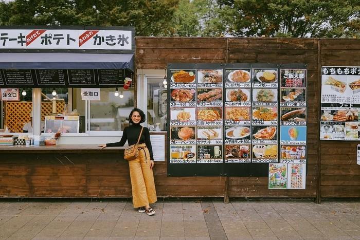Penyanyi Andien Aisyah terlihat asik berfoto di depan food stall. Kira-kira Andien pesan makanan apa ya? Foto: Instagram@andienaisyah
