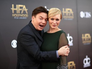 Manis! Aktor Mike Myers Belikan Gaun Rp 128 Juta Edisi Terbatas untuk Istri