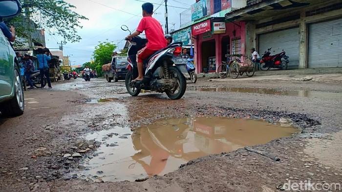Ruas jalan rusak di Brebes (Foto: Imam Suripto/detikcom)