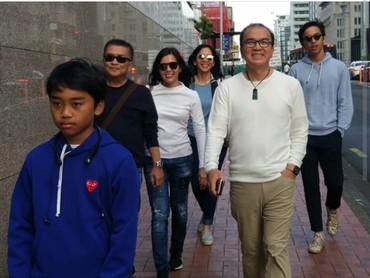 Beberapa kali keluarga Tantowi juga dikunjungi sang adik, Helmy Yahya ke Selandia Baru untuk liburan. (Foto: Instagram @tantowiyahyaofficial)