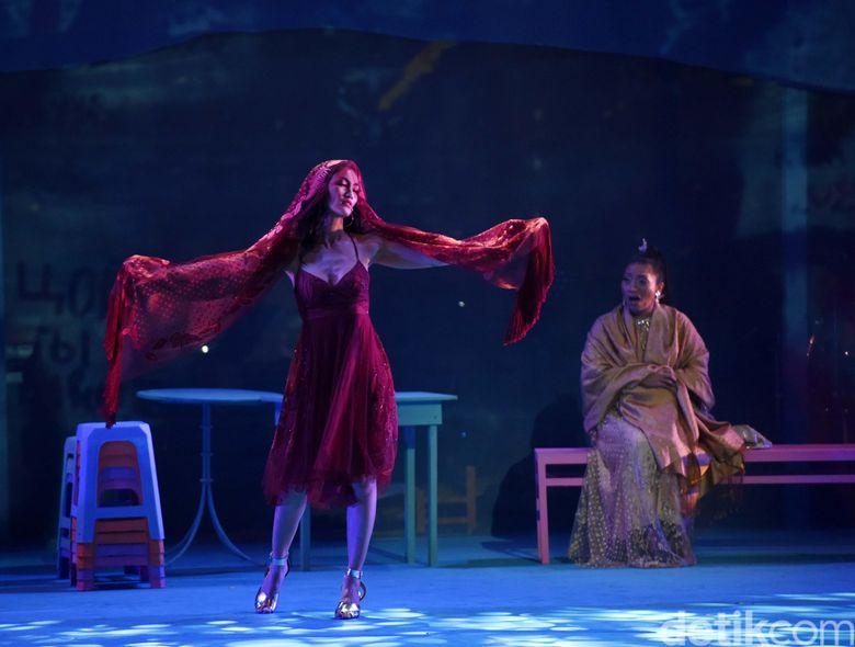 Di musikal Cinta Tak Pernah Sederhana, Atiqah Hasiholan menjadi perempuan malam sekaliggus pedangdut. (Noel/detikhot)