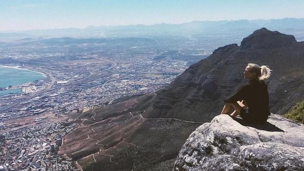 Selain ke pantai, selama di Cape Town, Afrika Selatan Sarah juga hiking ke Table Mountain. Wih, pemandangannya keren juga ya! (Instagram/@sarahwbro)