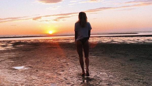 Sarah dan sunset terindah di Storstrom, Denmark. Dengan badan yang atletis, Sarah tampak cocok dengan Zac Efron yang juga atletis. Semoga awet dengan Zac ya Sarah. (Instagram/@sarahwbro)