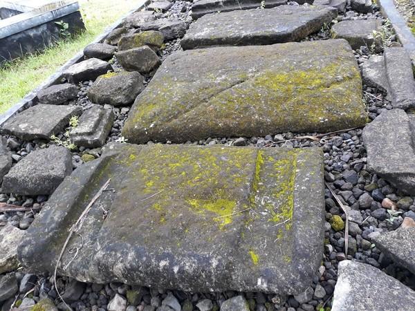 Ada juga yang disebut kubur batu. Dari papan keterangan disebutkan bahwa Situs Sokoliman menampung 5 buah kubur batu dan 7 buah papan kubur batu. (Pradito/detikcom)