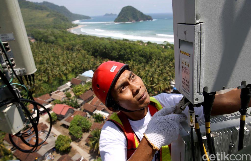 Teknisi XL Axiata melakukan pemeliharaan perangkat BTS di kawasan Pantai Pulau Merah, Banyuwangi, Jawa Timur, Kamis (14/3/2019).