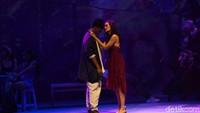 Yang tak kalah memukau adalah akting Atiqah Hasiholan (perempuan malam) bersama Teuku Rifnu Wikana (penyair). Foto: (Noel/detikhot)
