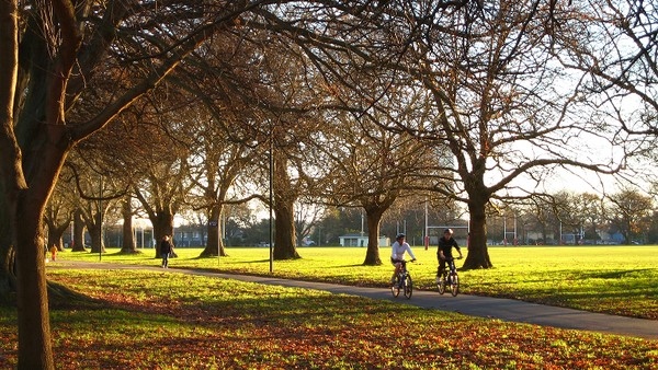 North Hagley Park yang berdekatan dengan Christchurch Botanic Gardens. Tak sedikit masyarakat lokal maupun turis yang bersepeda di sini (victoria.ac.nz)