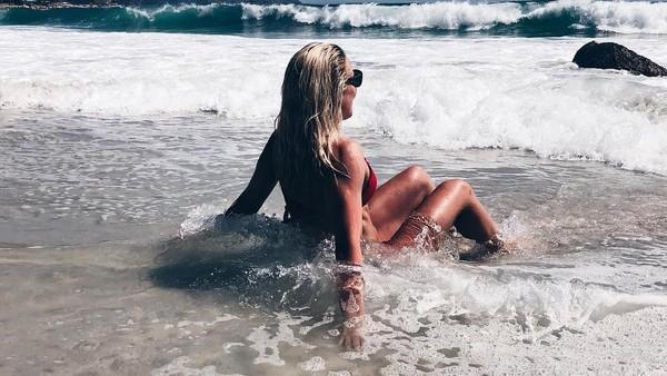 Gaya Sarah saat diterjang ombak di Camps Bay Beach, Cape Town, Afrika Selatan. (Instagram/@sarahwbro)