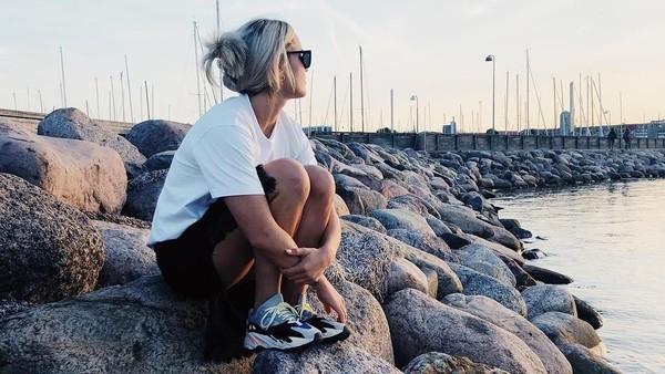 Kalau lagi tidak ingin basah-basahan, Sarah cukup duduk-duduk saja di tepi Pantai Svanemollen, Denmark. (Instagram/@sarahwbro)