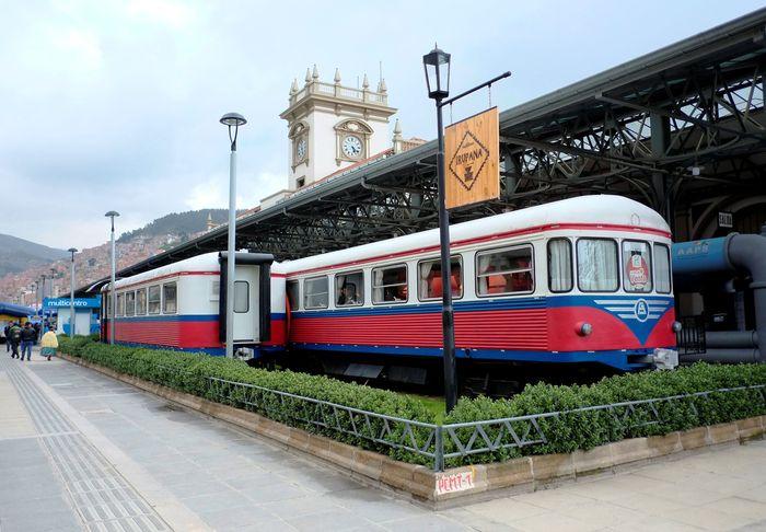 Sebuah kafe di kota La Paz, Bolivia, menarik perhatian banyak orang. Pasalnya, bangunan kafe itu memanfaatkan gerbong kereta tua yang sudah tak terpakai. David Mercado/Reuters.