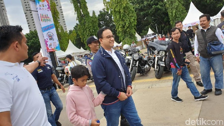 Isi Akhir Pekan, Anies Baswedan Kompak Naik Moge dengan Anak/ Foto: Luthfi Anshori