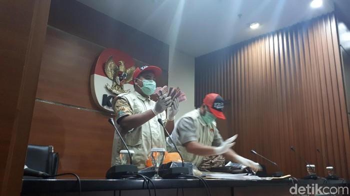 Barang bukti uang yang disita KPK dari OTT di Surabaya yang melibatkan Ketum PPP Romahurmuziy terkait dugaan jual-beli jabatan di Kemenag. (Faiq Hidayat/detikcom)