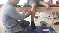 Kaki palsu alias prostetik menjadi andalan mereka yang harus menjalani amputasi. Baik karena penyakit tertentu, kecelaaan, maupun karena kondisi bawaan.