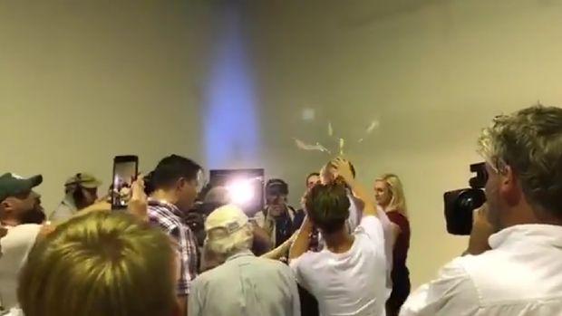 Momen saat Senator Australia Fraser Anning diserang dengan telur mentah