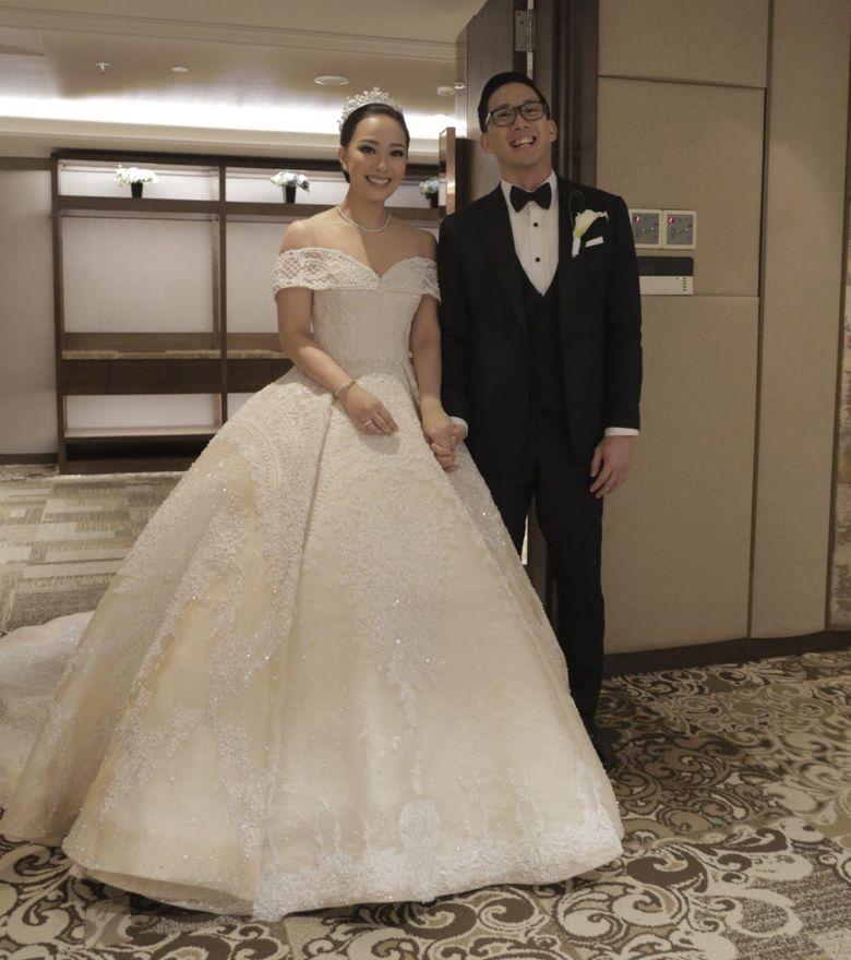 Yuanita Christiani akhirnya menggelar jumpa pers usai menikah di kapal pesiar di Singapura. Rona bahagia tampak terlihat dari wajah presenter cantik dengan sang suami, Indra Wiguna Tjokro. (Ludi/detikHOT)