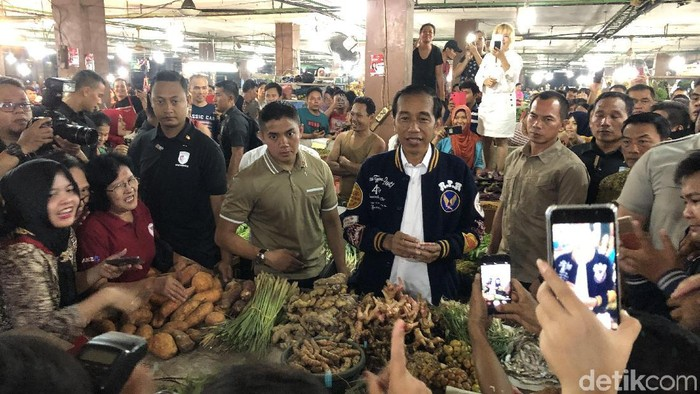 Capres petahana Jokowi di Pasar Petisah, Medan. Selain foto dan bersalaman dengan warga, Jokowi juga sempat membeli teri medan 1 kg (Foto: Ray Jordan/detikcom)