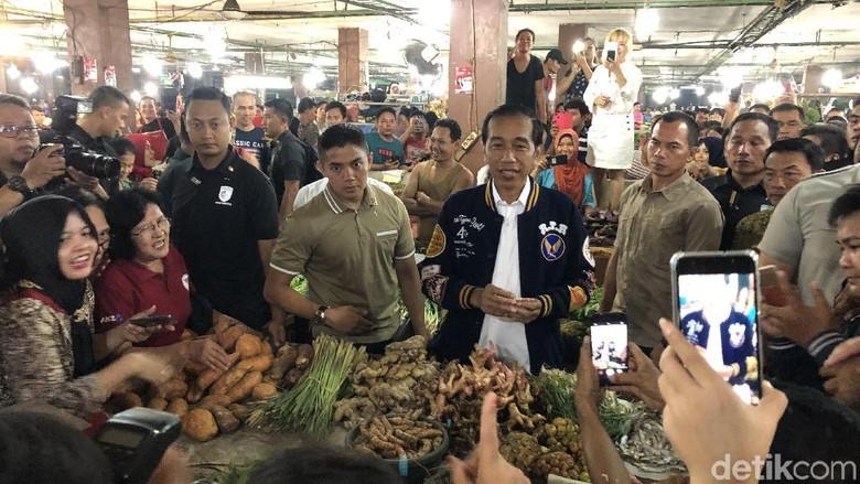 Kunjungi Pasar Petisah Medan, Jokowi Foto Bareng Warga dan Beli Teri
