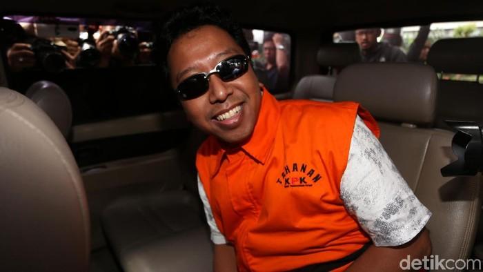 Ketum PPP Romahurmuziy ditahan KPK. Ia nampak mengenakan rompi oranye dan kacamata hitam saat keluar dari gedung KPK.