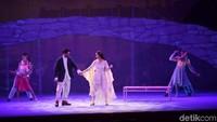 Puisi Aku Ingin dan Senja di Pelabuhan Kecil dilantunkan keduanya dari atas panggung musikal. Mereka pun berdansa sambil dimabuk asmara. (Noel/detikhot)
