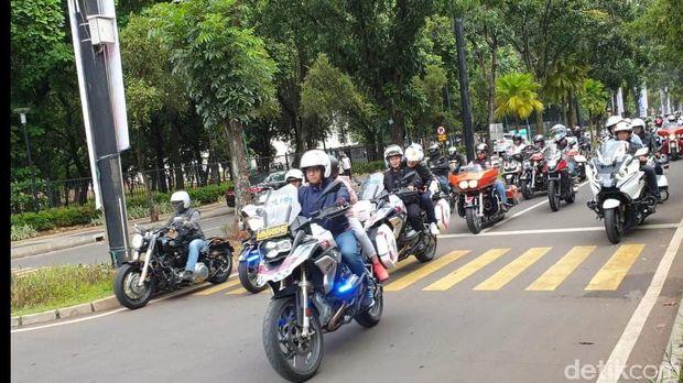 Isi Akhir Pekan, Anies Baswedan Kompak Naik Moge dengan Anak/